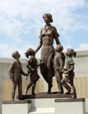 Оренбург памятник учительнице памятник на двоих из гранита питер
